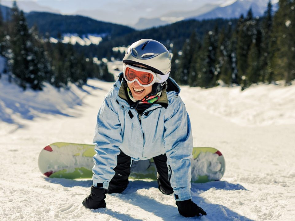 Snowboarder die valt